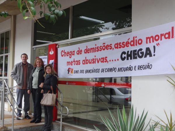 Funcionários fecham agência bancária
