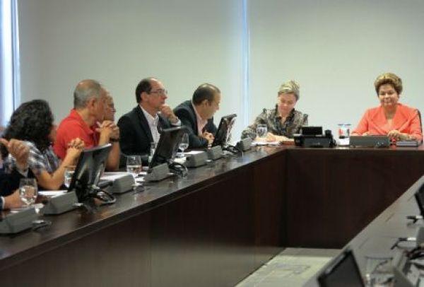 Dilma afirma que só aprovará projetos em consenso com trabalhadores