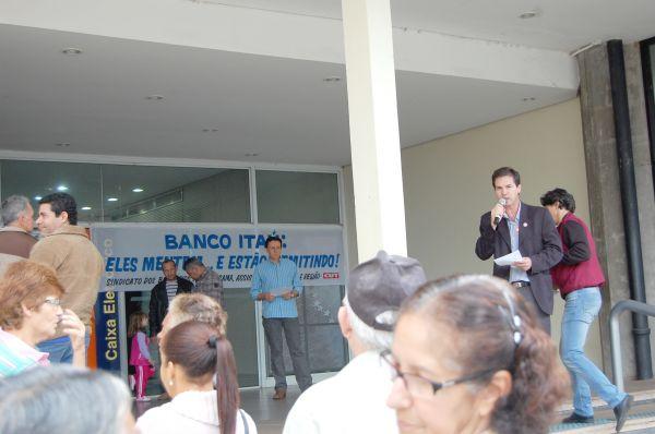 Sindicato de Umuarama protesta contra demissões no Itaú