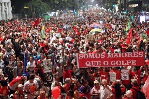 Advogados entregam manifesto na OAB contra golpe