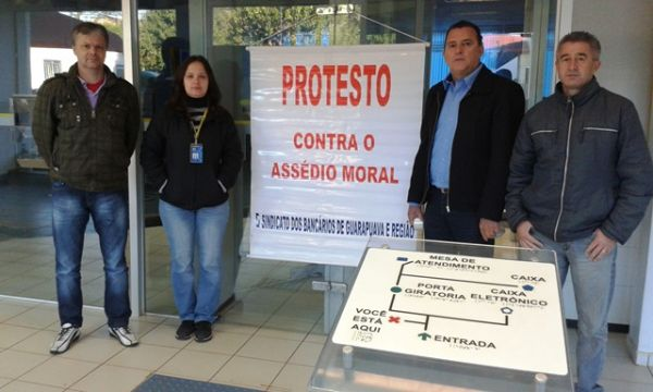 Sindicato de Guarapuava realizou protesto na agência do BB.