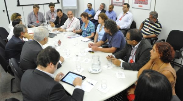 Bancários se reúnem com vice do Santander e cobram fim das demissões
