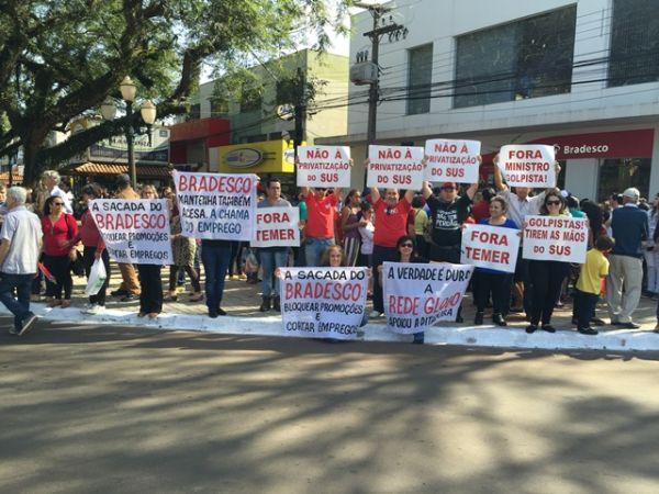 Bancários protestam durante a passagem da tocha olímpica em Campo Mourão