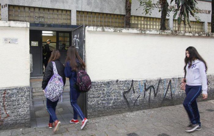 Pais, professores e médicos são contra volta às aulas sem controle da pandemia