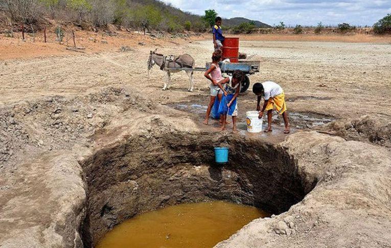 Pessoas com sede ao lado de açudes cercados. A realidade da privatização da água