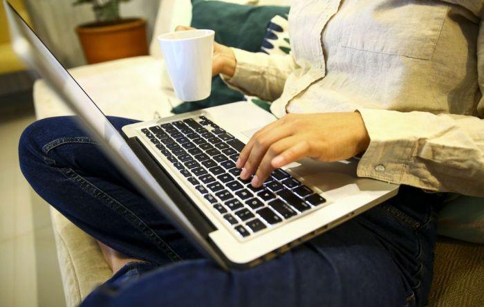 Quem trabalha em casa tem direito a folga e hora extra? Confira seus direitos