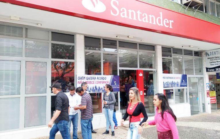 Santander é alvo de protestos em todo o país