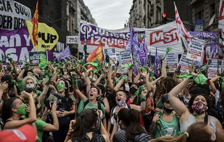 Será lei: após votação no Senado, Argentina conquista o direito ao aborto legal