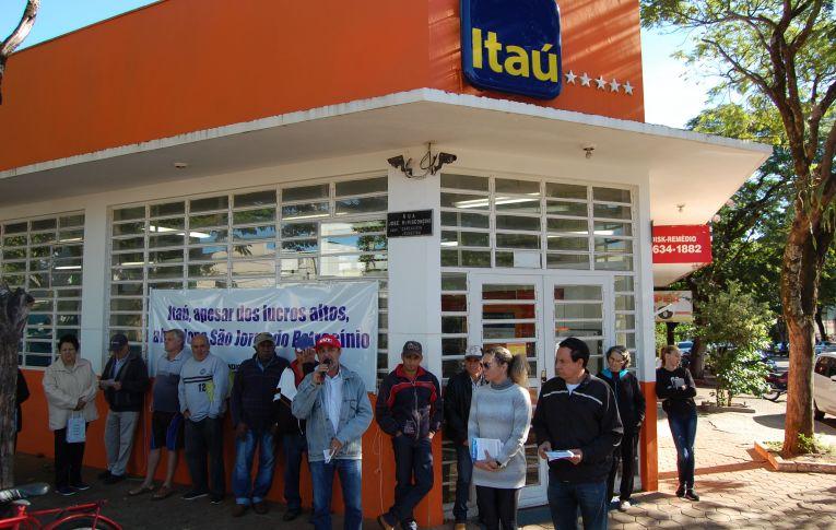 Sindicato de Umuarama protesta contra fechamento de agência do Itaú