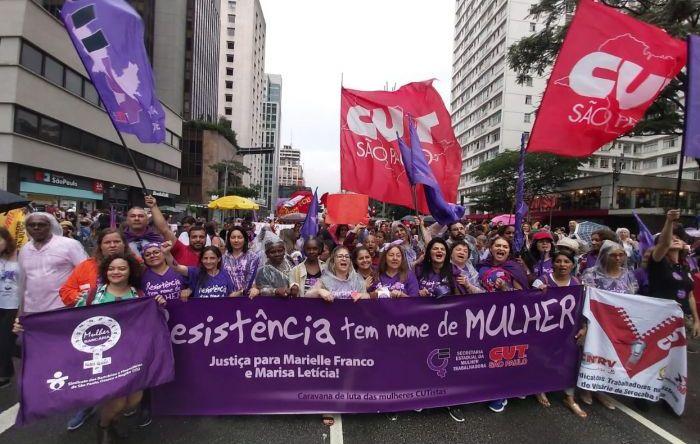 Sob chuva, mulheres marcham na Avenida Paulista por democracia, direitos e justiça