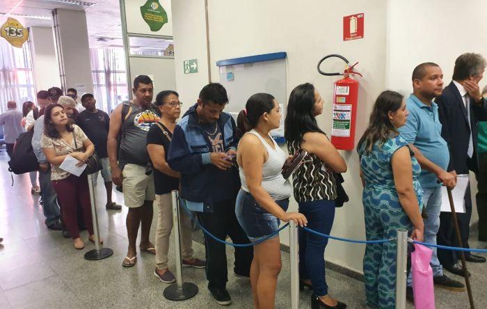 Sucateamento do INSS traz de volta filas nas agências e cria filas virtuais