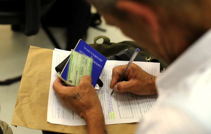 Trabalhadores perdem até 25% de renda. É a maior queda já registrada, diz IBGE