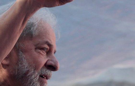 Um mês depois da prisão, Lula resiste de pé e ainda comanda a sucessão