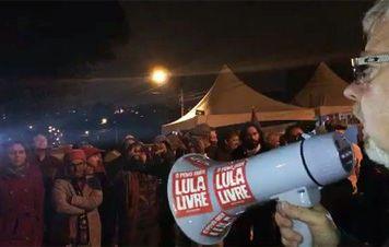 Vigília em Curitiba pela liberdade de Lula realiza atos mesmo sob frio e chuva